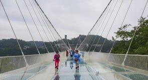 5月第30 :走和拍照片的游人在一个雨天在玻璃桥梁大峡谷,武陵源,张家界Nationa 免版税库存图片