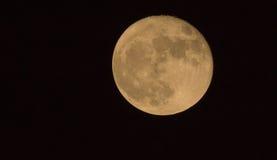 11月超级月亮如被看见从一个小镇 免版税库存图片