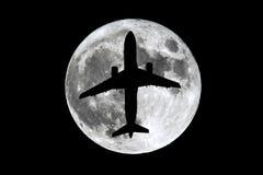 满月飞机剪影 免版税库存照片
