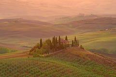 9月黎明的一栋古老乡间别墅 Val d ` Orcia,意大利城市的邻里 图库摄影