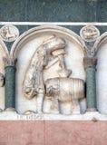 10月,代表年的月的劳方的低音安心的细节,大教堂在卢卡,意大利 免版税库存照片