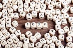 6月,信件把词切成小方块 库存图片
