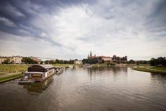 10 7月, 2017克拉科夫,波兰 在维斯瓦河的游船与 免版税图库摄影