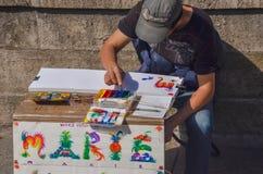 巴黎- 2014年4月:在Notre Dame附近的艺术家绘画名字2014年4月17日,在巴黎,法国 免版税库存图片