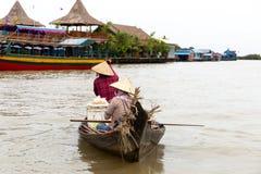 8月:29 :卖在aoat的2018年-暹粒,柬埔寨-两名妇女食物在Tonle Sap湖的一个浮动村庄 免版税库存照片