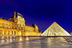 巴黎- 9月17。玻璃金字塔和罗浮宫9月 图库摄影