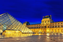 巴黎- 9月17。玻璃金字塔和罗浮宫9月 库存照片