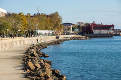 10月 一部分的江边在波摩莱,保加利亚 免版税库存照片