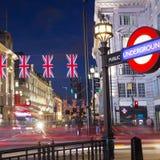 6月2016与旗子英国国旗的16日普遍的游人Picadilly马戏在夜 库存图片
