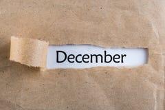 12月-出现在被剥去的包装纸后的消息 冬天、圣诞节和新年时间 库存图片