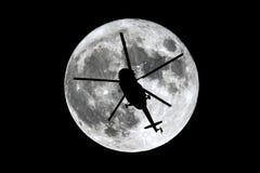 满月直升机剪影 免版税库存照片