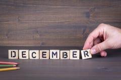 12月 在办公桌,情报和通信背景的木信件 库存照片