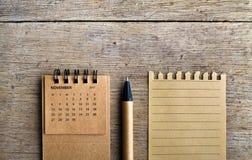 11月 在木背景的日历板料 免版税库存照片
