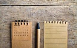 12月 在木背景的日历板料 库存照片