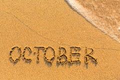 10月-在沙子海滩的题字与软的波浪 日历 库存图片