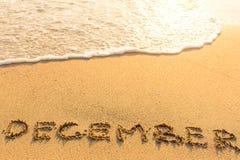12月-在沙子海滩的题字 库存照片