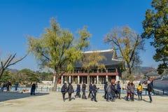 12月6,2017在Gyeongbok宫殿, Se的旅游观看的Gyeonghoeru 库存图片