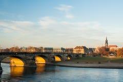 8月从堤防的桥梁视图 免版税库存照片