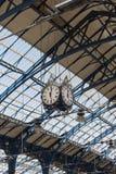 2015年4月-布赖顿,英国:火车站在查寻屋顶和时钟的布赖顿 免版税库存图片