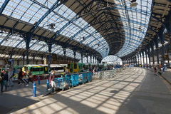 2015年4月-布赖顿,英国:火车站在查寻屋顶和时钟的布赖顿 免版税库存照片