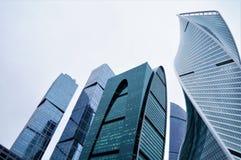 2月2019年俄罗斯 莫斯科 城市日克里姆林宫室外的莫斯科 商业中心的玻璃高层建筑物 蓝色被设色的玻璃 免版税库存照片