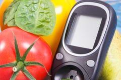 11月14日、glucometer和新鲜蔬菜,世界糖尿病天概念日期  免版税库存照片