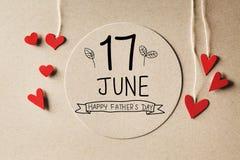 6月17日与小心脏的愉快的父亲节消息 免版税库存照片