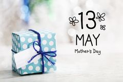 5月13日与礼物盒的母亲节消息 免版税库存照片