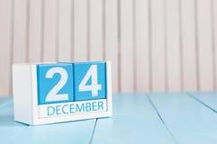 12月24日伊芙圣诞节 天24月,在木背景的日历 概念新年度 文本的空的空间 免版税库存图片