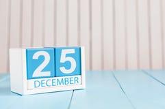 12月25日伊芙圣诞节 天25月,在木背景的日历 概念新年度 文本的空的空间 图库摄影