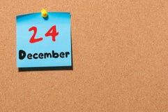 12月24日伊芙圣诞节 天24月,在黄柏布告牌的日历 新的时间年 文本的空的空间 免版税库存图片