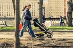 2015年5月4日俄罗斯,莫斯科步行在以高尔基命名的公园 库存照片