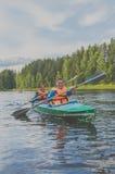 2017年7月15日俄罗斯, Vuoksi河, Losevo的两个女孩 免版税库存照片