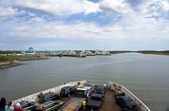 2015年10月7日刘易斯特拉华:海角Henlopen载汽车轮船在开普梅新泽西接近渡船码头 库存照片