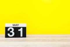 5月31日图象可以31在黄色背景的日历 上个春天天,弹簧尾端 文本的空的空间 世界 库存照片