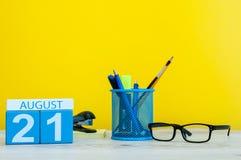 8月21日图象的威严21,在黄色背景的日历与办公用品 新的成人 免版税库存照片