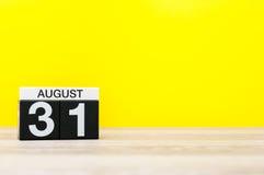 8月31日图象的威严31,在黄色背景的日历与文本的空的空间 夏时末端 回到 图库摄影