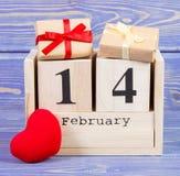 2月14日在日历、礼物和红色心脏,情人节的日期  免版税库存图片