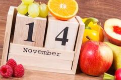 11月14日在日历和果子的日期与菜,世界糖尿病天概念 免版税库存图片