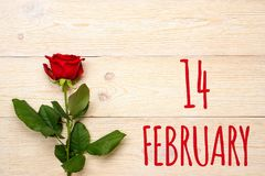 2月14日在木桌上的文本 免版税库存照片