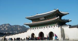 2016年1月11日在汉城,韩国Gwanghwamun门和宫殿墙壁 免版税库存照片