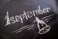 9月1日在白垩黑板的题字 皇族释放例证