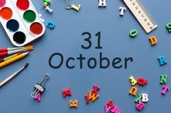 10月31日在老师的天31 10月月,日历或学生桌,蓝色背景 秋天时间 库存照片