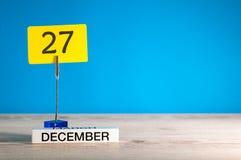 12月27日大模型 天27 12月月,在蓝色背景的日历 花雪时间冬天 文本的空的空间 免版税库存照片