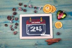 12月24日天或晚上在圣诞节前 粉笔板背景 免版税库存图片