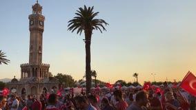 7月15日天民主在土耳其伊兹密尔 拿着土耳其旗子的人们在Konak广场在伊兹密尔和 股票录像