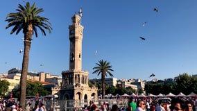 7月15日天民主在土耳其伊兹密尔 拿着土耳其旗子的人们在Konak广场在伊兹密尔和 股票视频