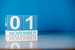 11月1日天1去年秋天月,在蓝色背景的日历 文本的空的空间 免版税库存图片