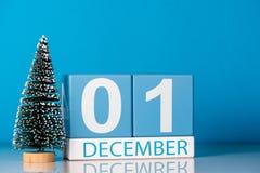 12月1日天1 12月月,与一点圣诞树的日历在蓝色背景 花雪时间冬天 新年度 免版税库存图片