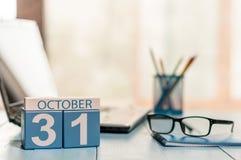 10月31日天31月,在人才经理工作场所背景的日历 秋天时间 空的空间为 免版税库存照片